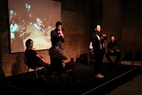 Flüchtlinge auf der Bühne im Theater Nestroyhof Hamakom