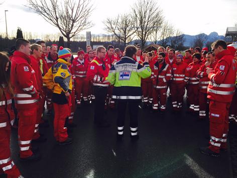 Einsatzbesprechung mit Helfern des Roten Kreuzes