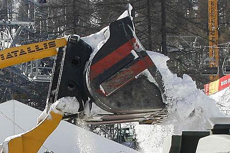 Schnee wird aus Schaufel von Radlader gekippt