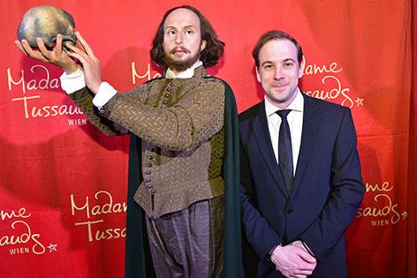 Florian Teichtmeister mit Wachsfigur von William Shakespeare