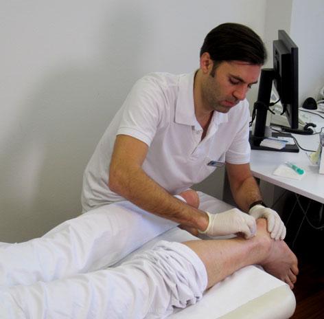Dr. Karios beim Abtasten einer Achillessehne