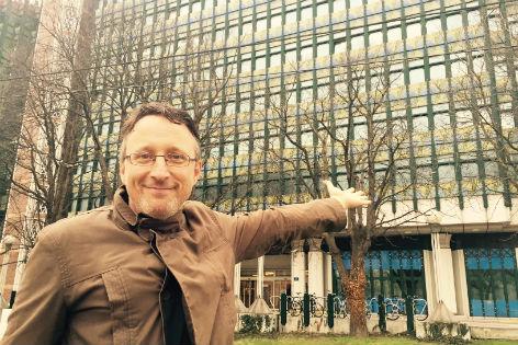 Eugene Quinn mit Gebäude