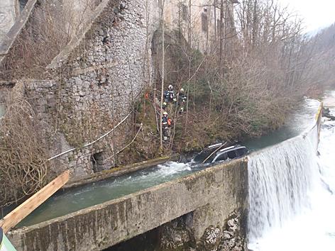 Bergung eine Autos aus Zulaufkanal, Bad Ischl