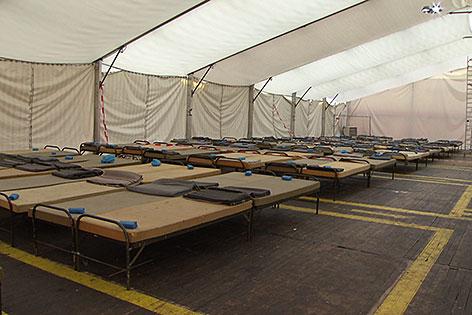 Leeres Zelt mit Feldbetten im Notquartier für Transitflüchtlinge in Salzburg Liefering