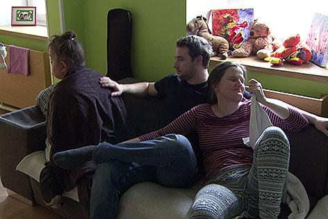 Schwerstbehinderte mit einem Betreuer auf der Couch im Konradinum in Eugendorf