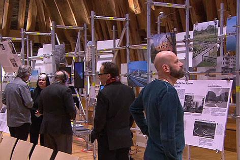 Besucher bei internationaler Bauausstellung