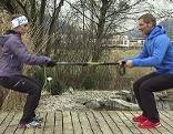 Doresia Krings und Michael Mayrhofer beim Aufwärmen mit Skistöcken