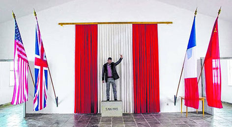 """Der Schriftführer des türkischen Kulturvereins Avrasya in der KZ-Gedenkstätte Mauthausen mit zum faschistischen """"Wolfsgruß"""" erhobener Hand"""