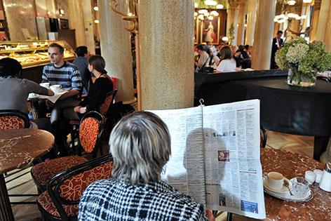 Zeitungsleser im Cafe Central