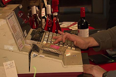 Registrierkasse in einem Weingeschäft mit Weinflaschen