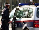 Polizist vor Polizeiauot