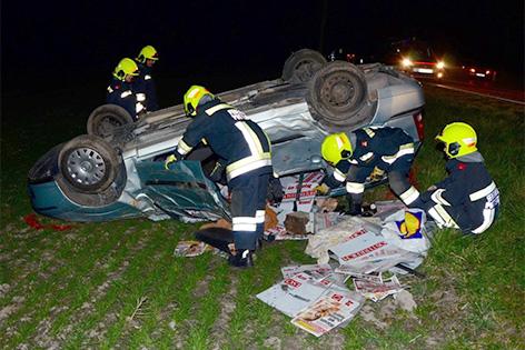 Unfallauto in einem Feld
