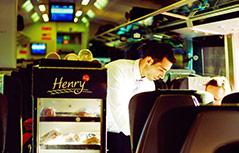 """Mitarbeiter von """"Henry am Zug"""" in einer ÖBB-Garnitur"""