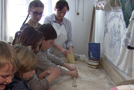 Kinder beim Brot backen