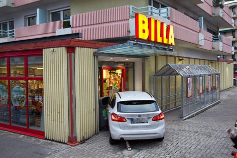 Auto kracht in Supermarkt-Eingang