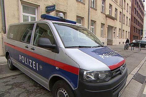 Polizeiauto vor Polizeiinspektion in der Pappenheimgasse in Brigittenau