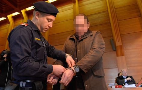Polizist nimmt Verdächtigem in Gerichtssaal Handschellen ab