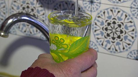 Wasser wird in Glas gefüllt