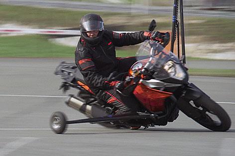 Motorradfahrer bei Fahrtechnikkurs (Schräglagentraining)