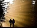 Menschen gehend in Sonnenstrahlen