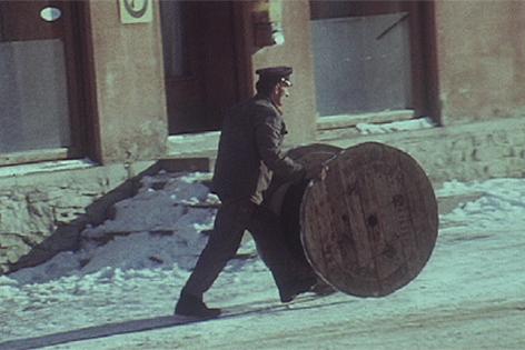 Mann rollt eine Kupferrolle im Schnee (Archiv)