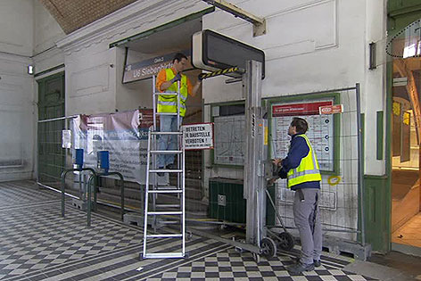 Arbeiter bei Beginn der Sanierungsarbeiten in der U6-Station Währinger Straße