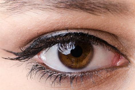 ein geschminktes Auge in Nahaufnahme