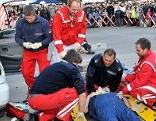 Sanitäter simulieren Versorgung eines Verletzten.