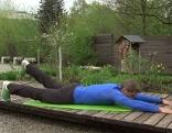 Michael Mayrhofer bei der Rückenübung - Diagonale heben