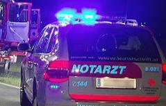 Notarztwagen an Unfallstelle in der Nacht mit Blaulicht