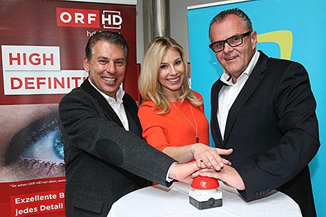 ORF Salzburg Chefredakteur Gerd Schneider, Salzburg heute Moderatorin Nina Kraft und ORF Salzburg Landesdirektor Roland Brunhofer drücken auf Roten Knopf