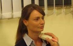 Dr. Galvan bei einer Schilddrüsen-Ultraschalluntersuchung an einer Patientin