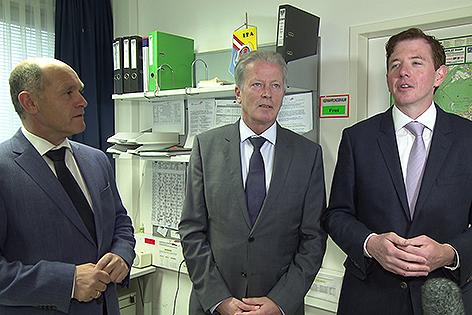Wolfgang Sobotka, Reinhold Mitterlehner und Peter MacDonald in der Polizeiinspektion Purkersdorf