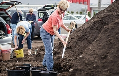 Frau holt Kompost im Salzburger Abfallwirtschaftshof ab