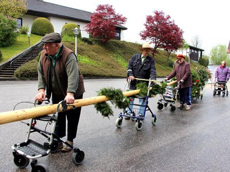 Senioren holten Maibaum mit Rollatoren zurück