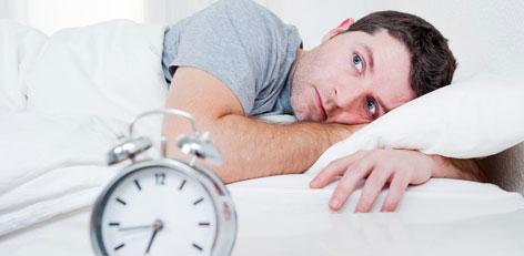 wacher Mann im Bett