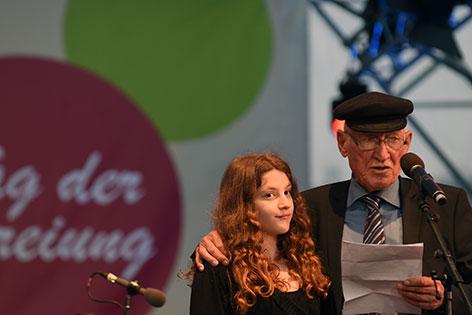 Fest der Freude: Zeitzeuge Daniel Chanoch mit seiner Enkeltochter
