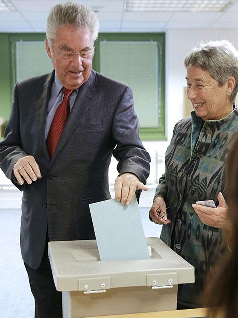Bundespräsident Heinz Fischer und Margit Fischer bei Stimmabgabe