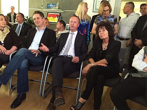 FPÖ-Politiker sehen Hochrechnung an