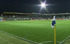 Das Stadion in Grödig bei Flutlicht