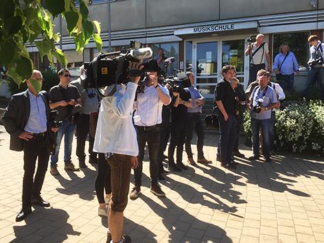Medienandrang vor Hofers Wahllokal in Pinkafeld