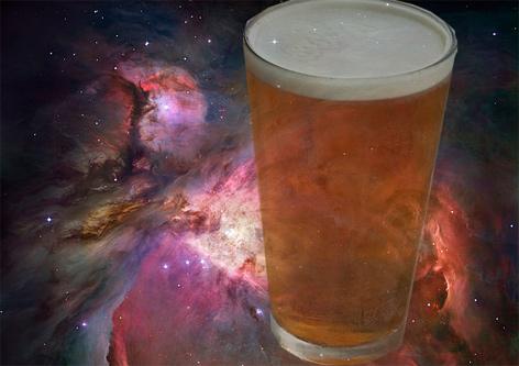 Bierglas vor Hintergrund des Orionnebels