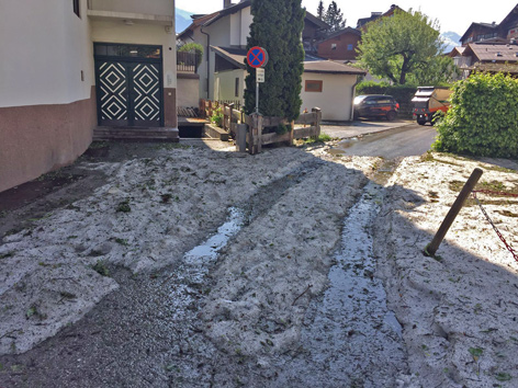 Hagelreste auf der Straße