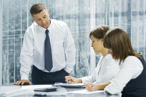 Mitarbeiter rechnet mit Chef Stunden zusammen