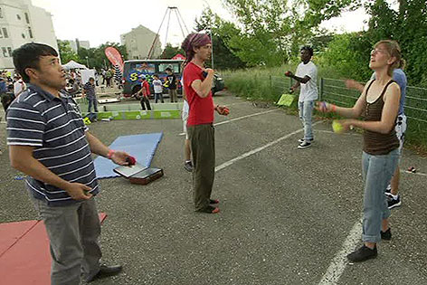 Teilnehmer beim Nachbarschaftsfest in der Zeidlergasse beim Jonglieren