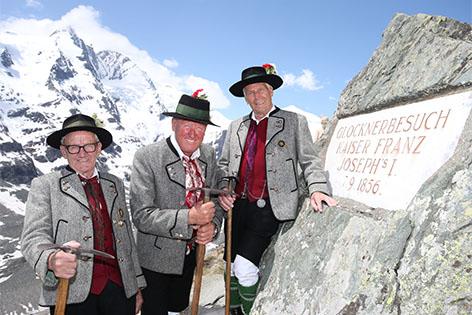 Heiligenbluter Bergführer am Kaiser-Franz-Josef-Schild an der Großglockner Hochalpenstraße
