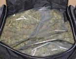 Sporttasche mit in Plastik verpacktem Marihuana
