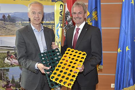 Gerhard Stindl und Karl Wilfing mit Kunststoffmatten