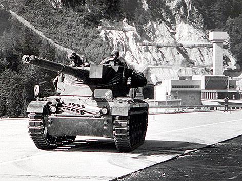 Ein Panzer des österreichischen Bundesheeres vor dem Karawankentunnel am 6. Juli 1991.