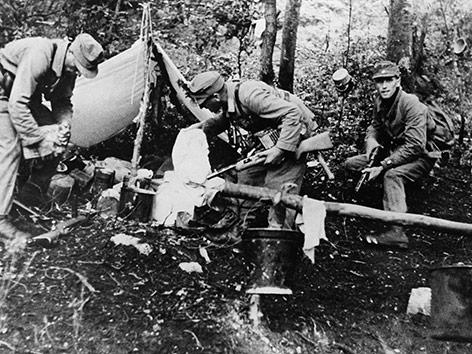 Einsatz des NS-Polizeiapparats gegen Partisanen in einem Waldlager